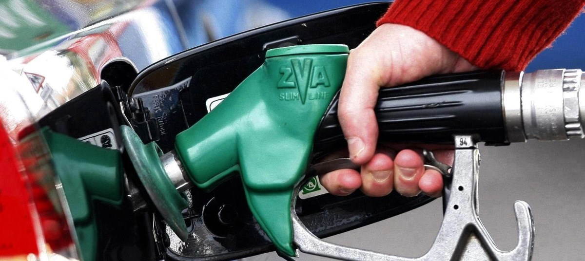 persona cargando gasolina