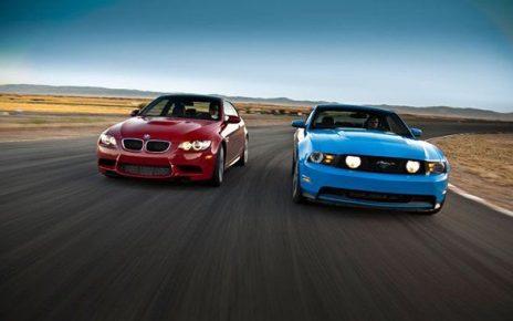 dos autos de frente en una pista