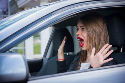 mujer sorprendida dentro de un auto