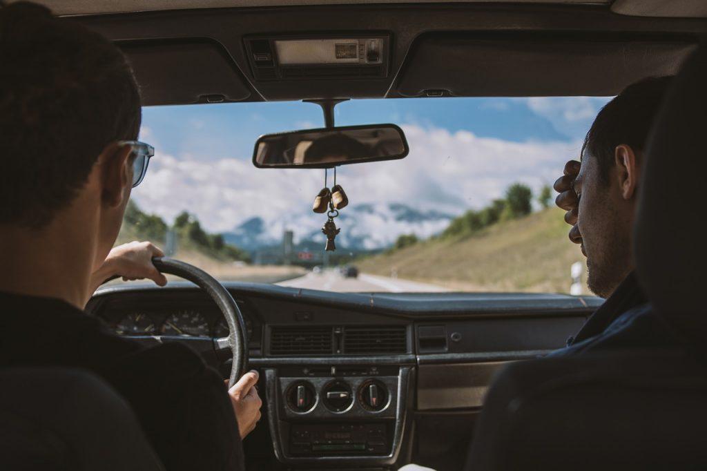 hombres platicando mientras manejan