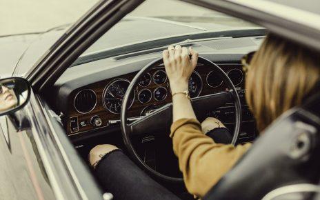 mujer manejando su auto