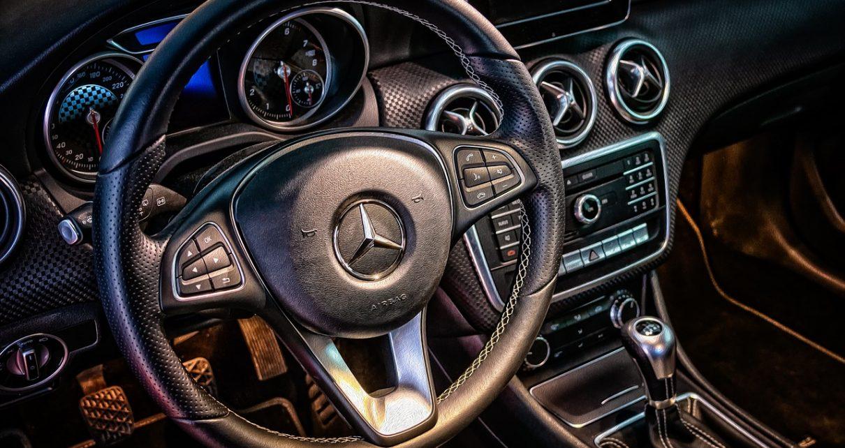 volante de un carro Mercedes