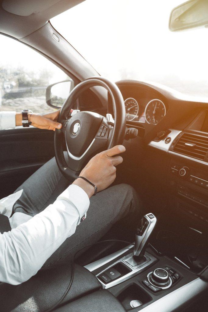 Hombre manejando su auto