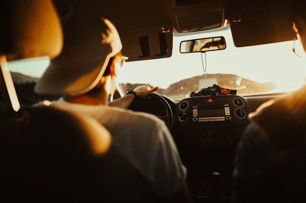 Hombre manejando en la carretera