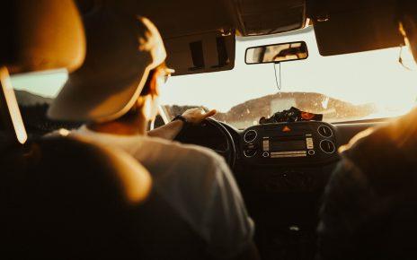 Hombre aprendiendo a manejar