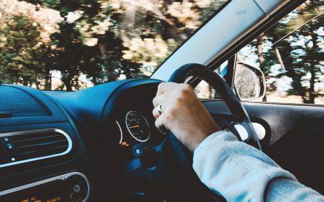 Hombre conduciendo de forma segura