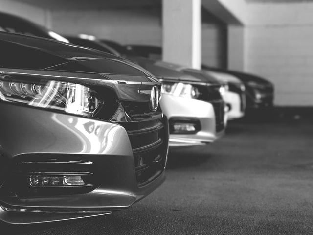 Autos estacionados en el estacionamiento