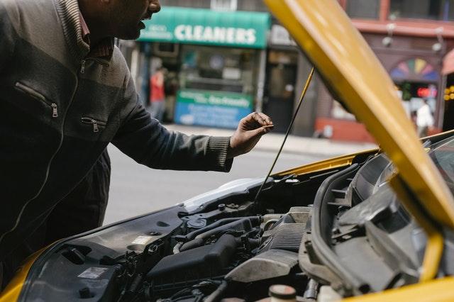 Hombre arreglando su automóvil