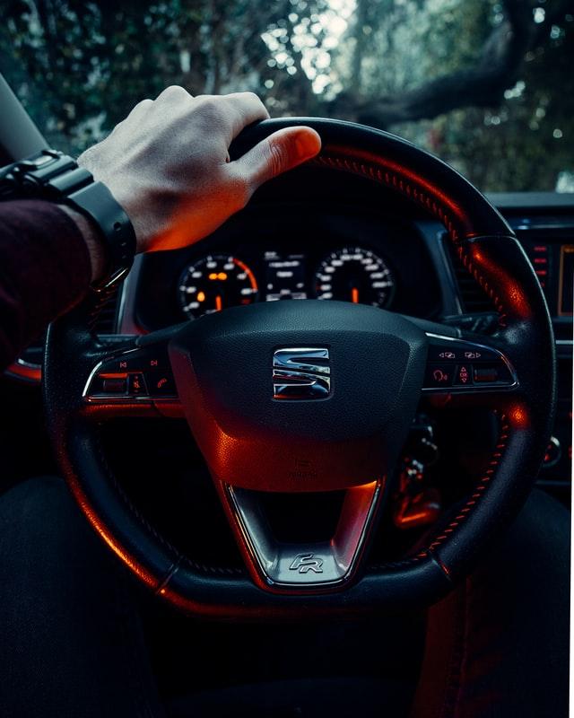 Hombre conduciendo su auto
