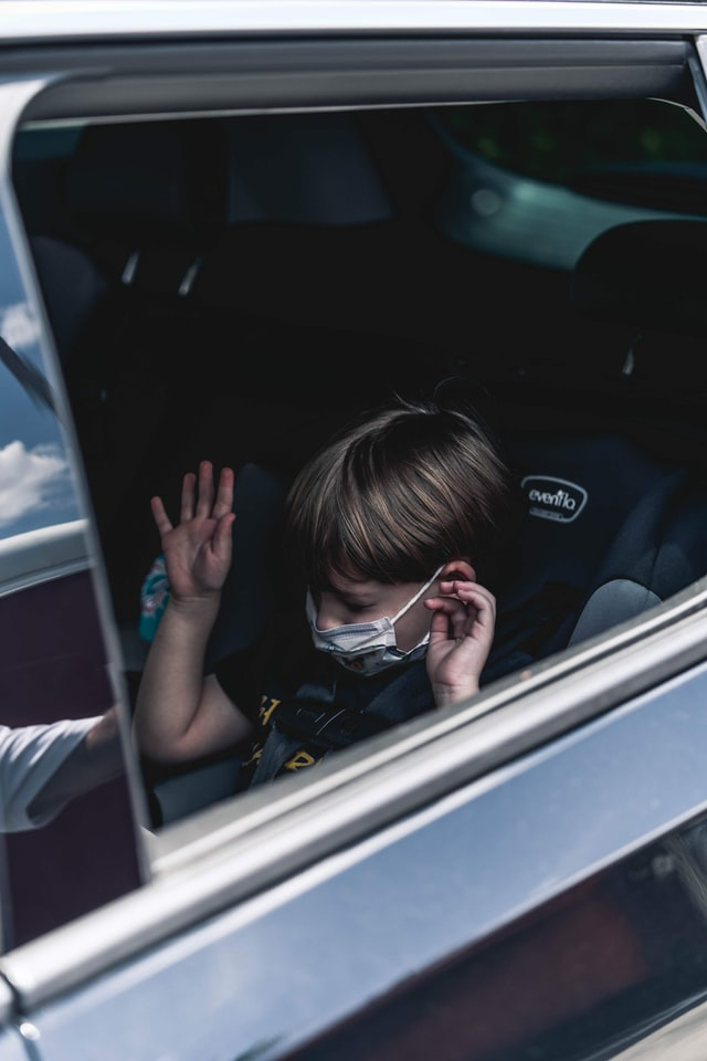 niño sentado en asiento seguro