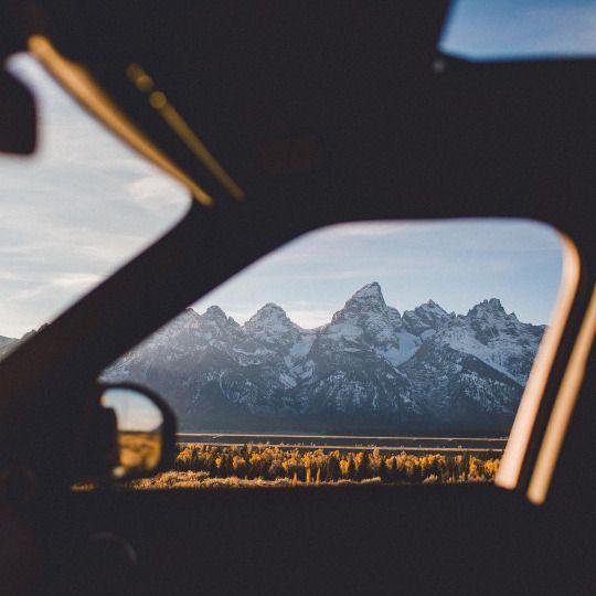Auto con vista a las montañas