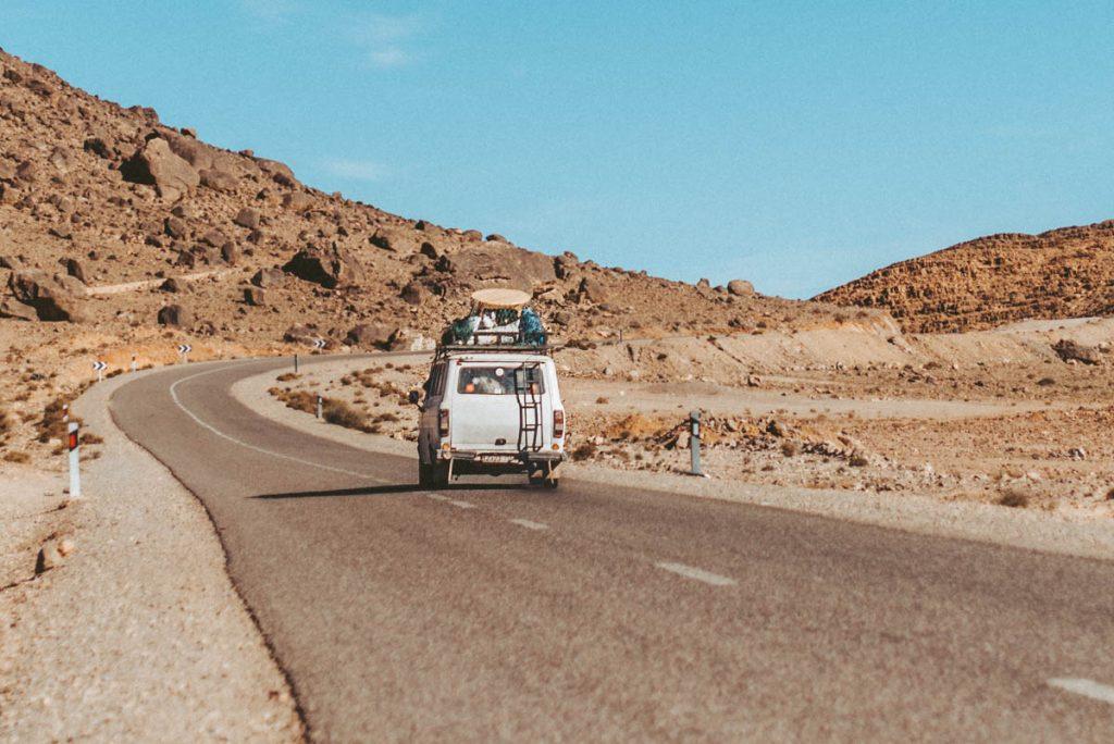Camioneta andando por la carretera