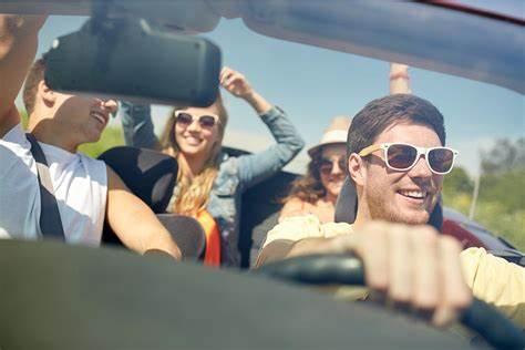 Amigos en el coche felices