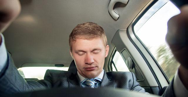 Hombre durmiendo frente al volante