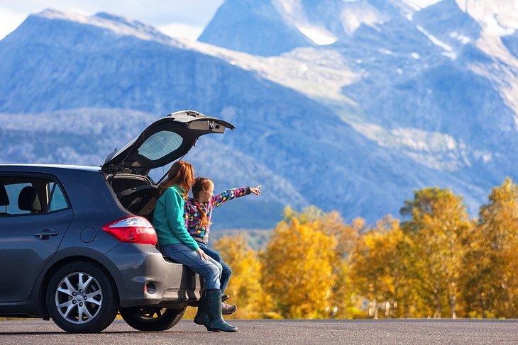 auto en la carretera con mamá e hija
